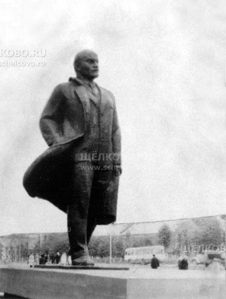 Фото памятник В. И. Ленину на площади Ленина г. Щелково, на заднем плане— дома по ул.Советская - Щелково.ru