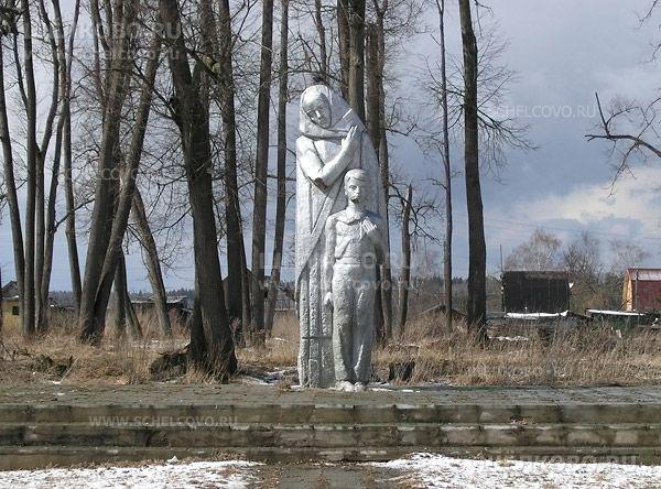 Фото памятник «Вечная слава героям, павшим в боях за свободу и независимость нашей Родины» в деревне Богослово (около церкви) - Щелково.ru