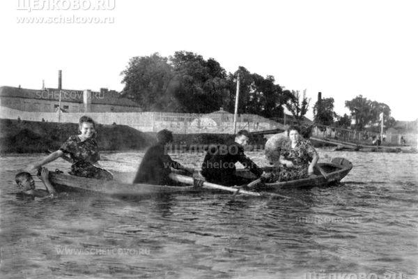 Фото катание на лодке по Клязьме (на заднем плане— клуб шелкоткацкой фабрики г. Щелково) - Щелково.ru