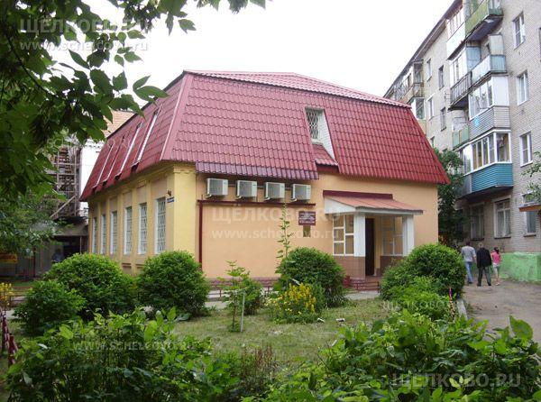 Фото административное здание (г. Щелково, ул.Советская, д. 46), справа— дом №2а по 1-му Советскому переулку - Щелково.ru