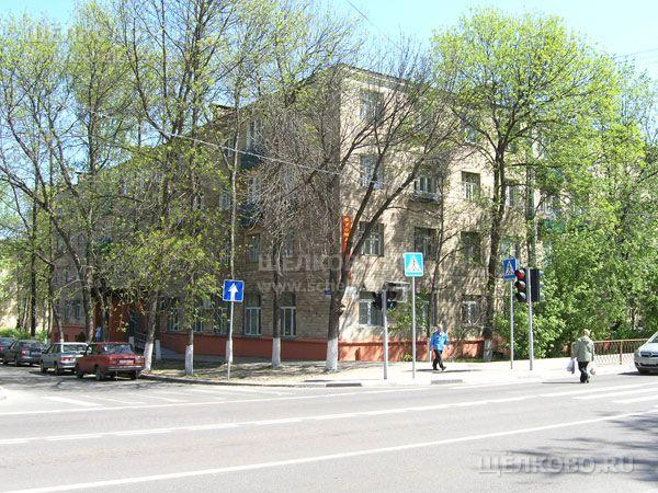 Фото г. Щелково, ул. Центральная, дом 39/7 (на пересечении с улицей Пушкина); на первом этаже дома расположена Щёлковская стоматологическая поликлиника - Щелково.ru