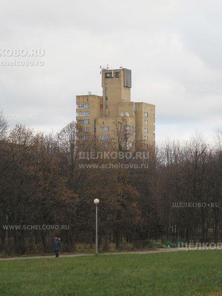 Фото вид на «Фигу» (дом № 12) с центральной аллеи Звёздного городка - Щелково.ru