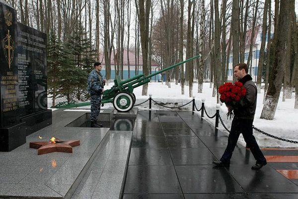 Фото Президент России Дмитрий Медведев возлагает цветы к мемориалу сотрудников ОМОН, погибших при исполнении служебного долга (во время посещения базы ОМОН «Зубр» в Щелково-7) - Щелково.ru
