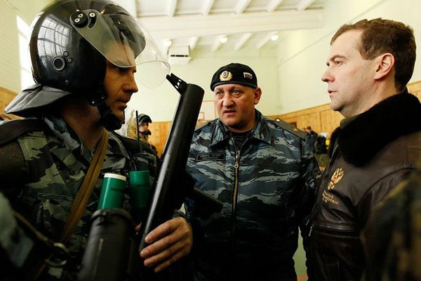 Фото Президент России Дмитрий Медведев (справа) (во время посещения базы ОМОН «Зубр» в Щелково-7) - Щелково.ru
