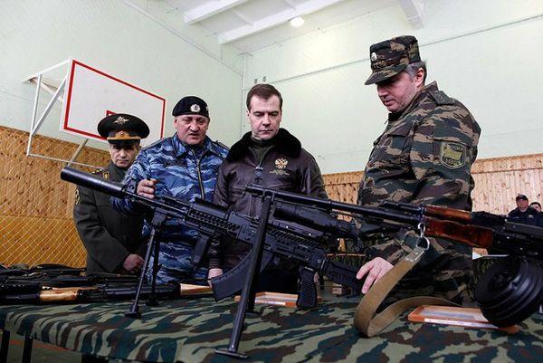 Фото Президент России Дмитрий Медведев (2-й справа) во время осмотра вооружения ОМОН «Зубр» в Щелково-7 - Щелково.ru