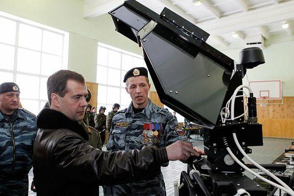 Фото Президент России Д. Медведев во время осмотра вооружения ОМОН «Зубр» в Щелково-7 - Щелково.ru