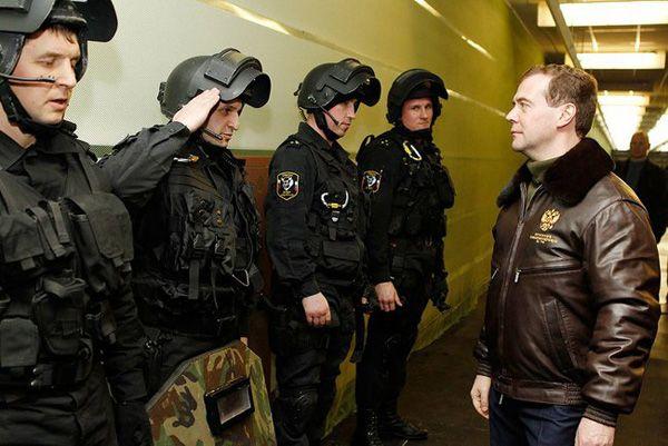 Фото Президент России Д. Медведев (справа) во время осмотра вооружения ОМОН «Зубр» в г. Щелково-7 - Щелково.ru