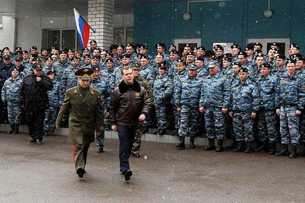 Фото Президент России Дмитрий Медведев (справа) с Министром внутренних дел Рашидом Нургалиевым (во время посещения базы ОМОН «Зубр» в Щелково-7) - Щелково.ru