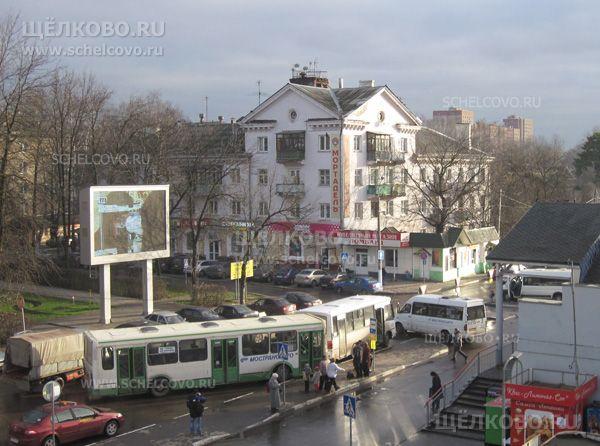 Фото автобусная остановка около станции «Воронок» в Щелково (вид на дом 1/16 по улице Пушкина) - Щелково.ru