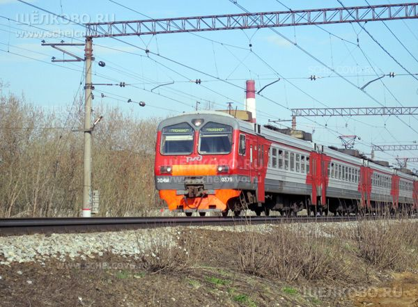 Фото электричка Москва—Монино на перегоне между станциями «Чкаловская» и «Бахчиванджи» в Щелково - Щелково.ru