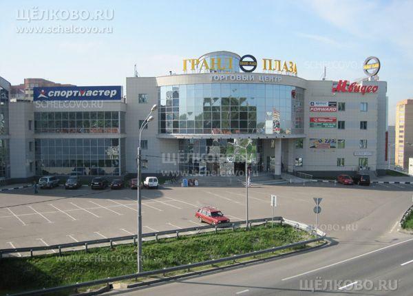 Фото торговый центр «Гранд Плаза» г. Щелково (Фряновское шоссе, д. 1) — вид с автомобильной эстакады - Щелково.ru
