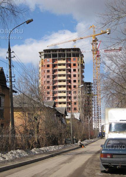 Фото строительство нового дома (№ 71, корпус 2) на улице Центральная в Щелково— вид с улицы Строителей - Щелково.ru