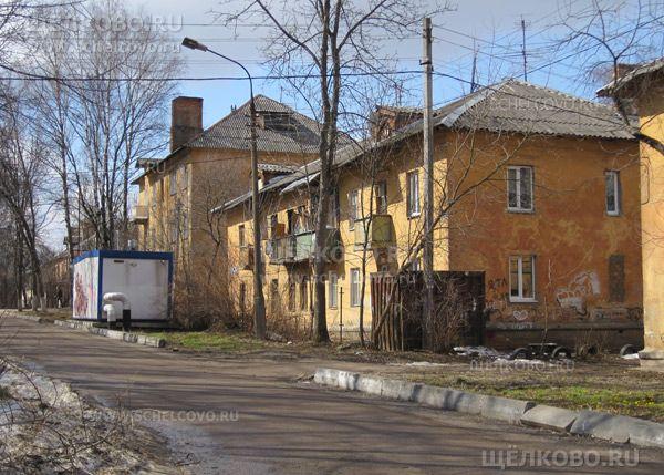 Фото г. Щелково, ул. Строителей, дом 13 (за ним — дом 65 по улице Центральная) - Щелково.ru
