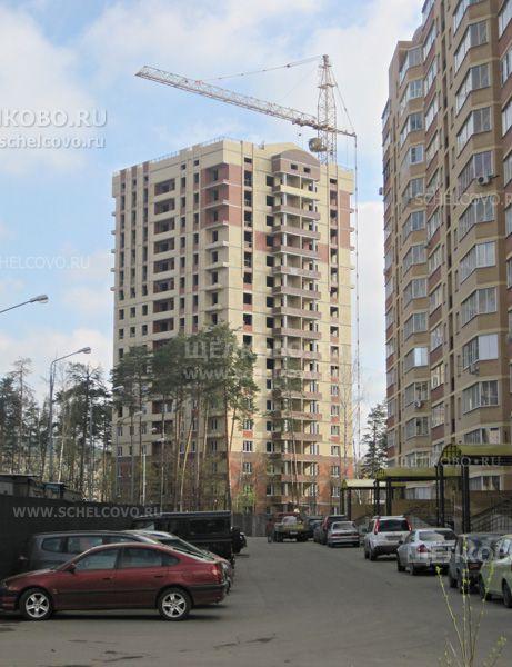 Фото новый жилой дом на улице Радиоцентр-5 в микрорайоне Чкаловский г. Щелково, справа — дом № 15 - Щелково.ru