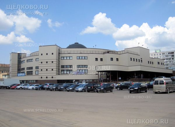 Фото Щёлковский районный рынок (г. Щелково, ул. Талсинская, д. 1а) — вид с набережной Серафима Саровского - Щелково.ru