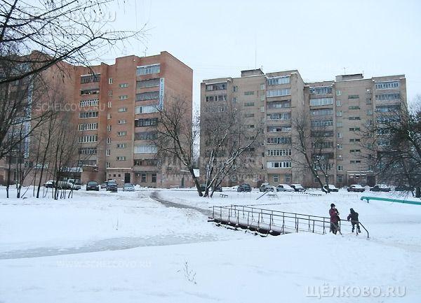 Фото дома 5 (слева) и 3 по ул.Краснознаменская г. Щелково, перед ними— мостик через ручей Поныри - Щелково.ru