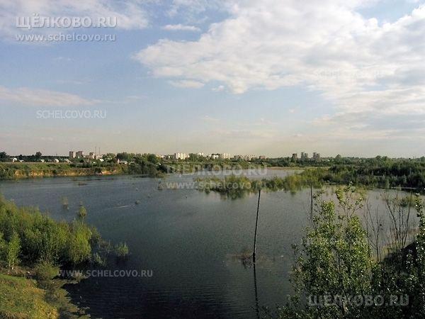 Фото бывший доломитовый карьер; на заднем плане— дома г.Щёлково-3 (пос.Чкаловский) - Щелково.ru