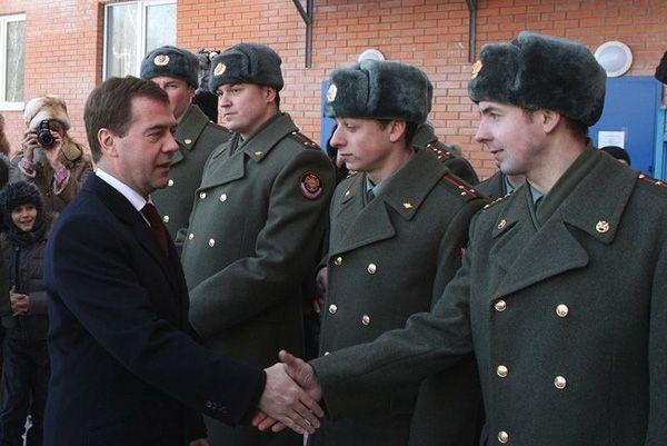 Фото Президент России Дмитрий Медведев во время посещения воинской части в посёлке Загорянский Щелковского района - Щелково.ru