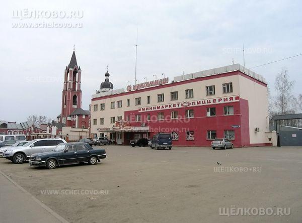 Фото здание проходной НИИХИММАШ г. Щелково (Пролетарский проспект, д.8), за ним— собор Святой Троицы - Щелково.ru