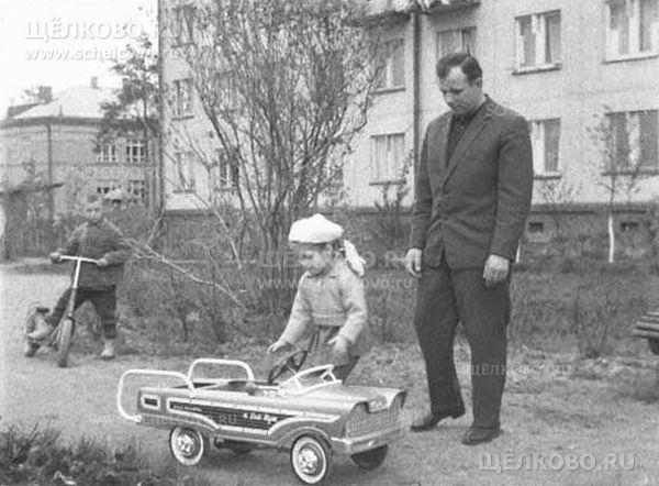 Фото первый космонавт планеты Юрий Гагарин с дочкой около дома в посёлке Чкаловский (ул. Циолковского, д. 4) - Щелково.ru