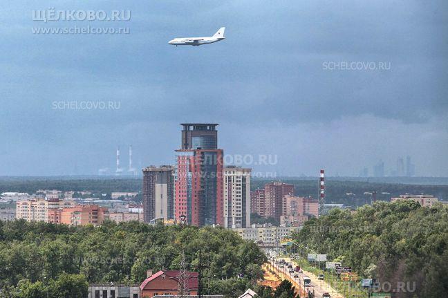 Фото вид с крыши дома № 64, корпус 1 по Фряновскому шоссе (в сторону Щелково); на заднем плане справа — высотки делового центра «Москва-Сити» - Щелково.ru