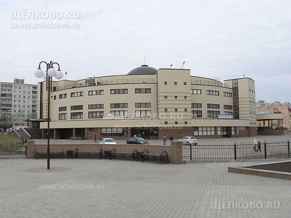Фото здание Щёлковского районного рынка (г. Щелково, ул.Талсинская, д.1а — вид от старого моста) - Щелково.ru