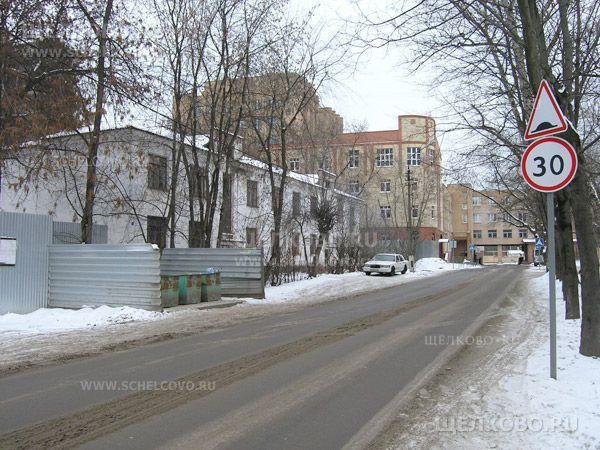 Фото улица Шмидта в Щелково, слева— дом№1, за домом— новое здание прокуратуры (площадь Ленина, д.7) - Щелково.ru