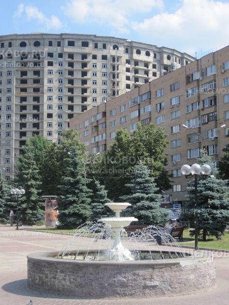 Фото фонтан на площади Ленина в Щелково (справа — дом № 1, на заднем плане — строящийся дом № 60 по ул. Советская) - Щелково.ru