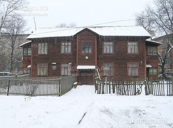 Фото г. Щелково, ул. Коммунистическая, дом 8; справа— дом по ул.Парковая, сзади— дом№9 по ул.Зубеева - Щелково.ru