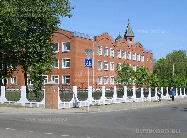 Фото школа №4 г. Щелково (ул.Центральная, д.23); справа— улица Зубеева - Щелково.ru