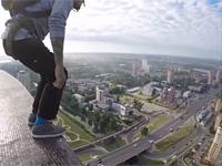 Прыжки бейсджамперов скрыши отеля «Astrum» вЩелково (видео) - Щелково.ru